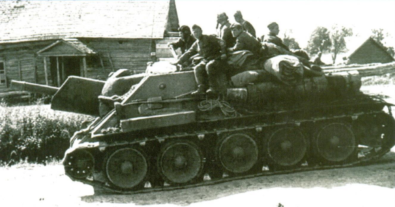 12 Советские пехотинцы на СУ-122