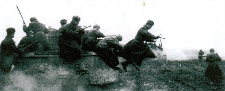 29 Советские солдаты спрыгивают с танка