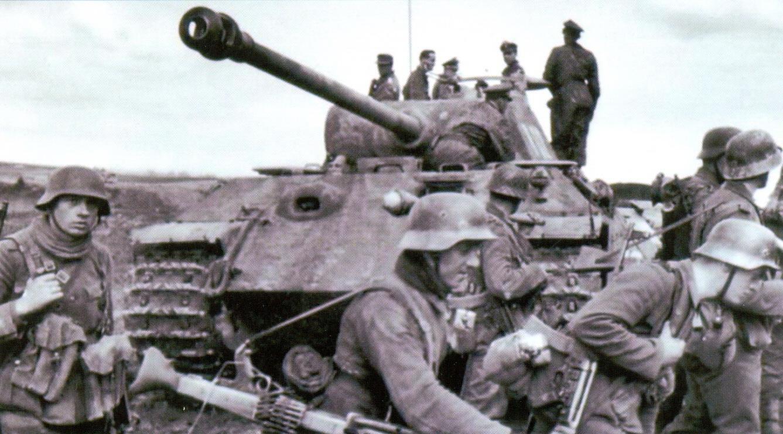 32 Пехотинцы сопровождают танк «Пантера»